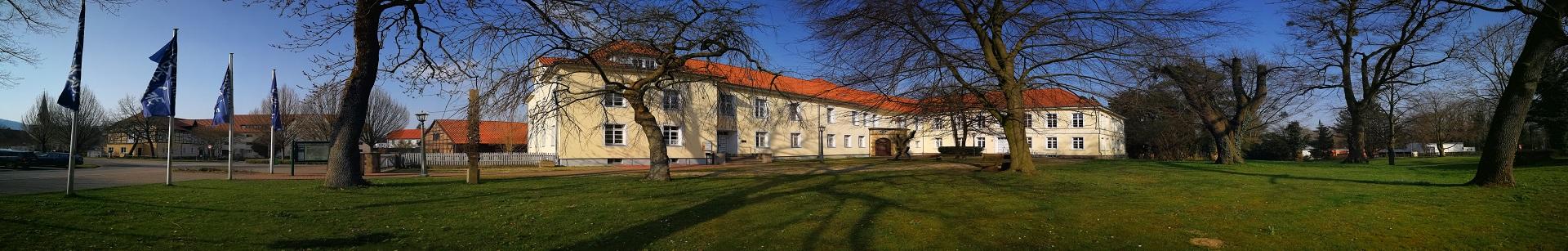 Rathaus im April